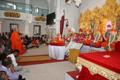 His Divine Holiness Acharya Swamishree Maharaj performs sandhya aarti
