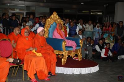 Divine darshan of Acharya Swamishree Maharaj and sants seated for the grand evening fireworks display