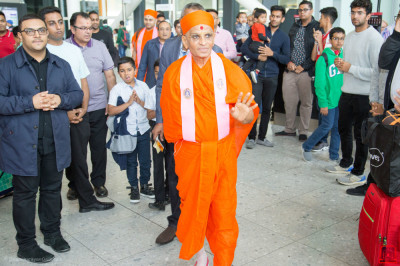 His Divine Holiness Acharya Swamishree Maharaj blesses all as he departs