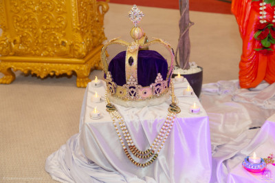 Various golden jewelry and other items symbolising wealth are offered to the Lord
