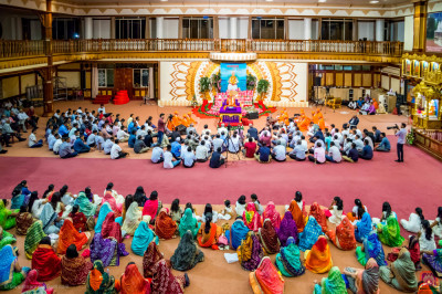 Devotees keenly listen to the Divine blessings of H.D.H Acharya Swamishree