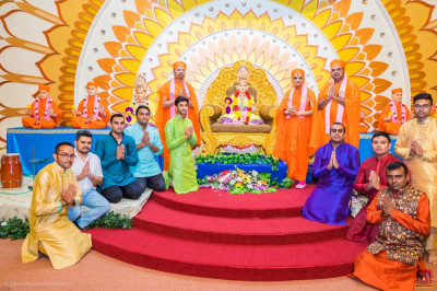 Devotees pose for a group photo with H.D.H Acharya Swamishree