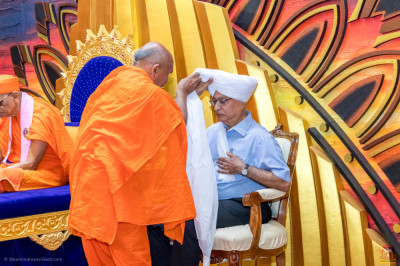 The guest honoured with traditional turban