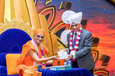 H.D.H Acharya Swamishree blesses the Asian Foundation Past Chairman Dr. Chandu Sheth