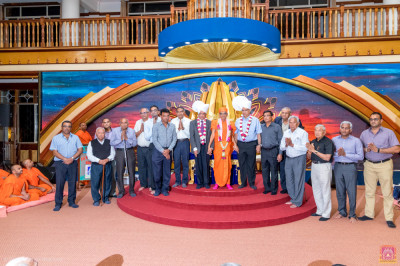 Asian Foundation guests and committee members pose for a group photo with H.D.H Acharya Swamishree