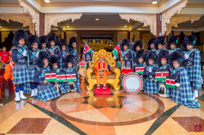 Shree Muktajeevan Swamibapa Pipeband pose for a group photo with H.D.H Acharya Swamishree