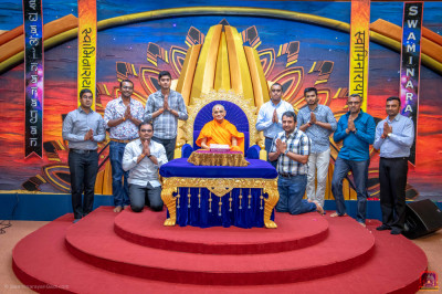 Organisers for Satsang Ghadtar Shibir pose for a group photo with H.D.H Acharya Swamishree