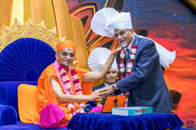 H.D.H Acharya Swamishree blesses Lions Club youth member