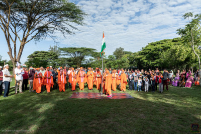 H.D.H Acharya Swamishree, Sants and devotees present for the flag raising ceremony