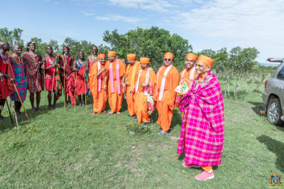 Maasai pose for a group photo with H.D.H Acharya Swamishree and Sants