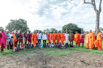 Sants, devotees and maasai pose for a group photo