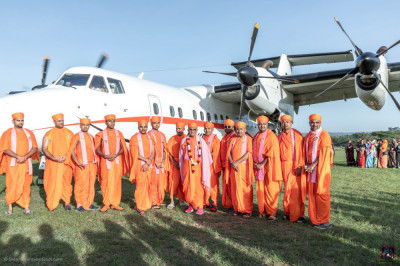 H.D.H Acharya Swamishree and Sants pose for a group photo