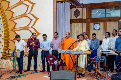Sant and devotees sing melodious devotional songs for raas