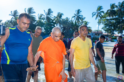 Devotees escort H.D.H Acharya Swamishree to the cottage