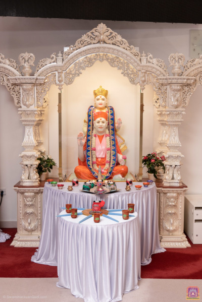 Divine darshan of Lord Shree Swaminarayan with Jeevanpran Shree Muktajeevan Swamibapa