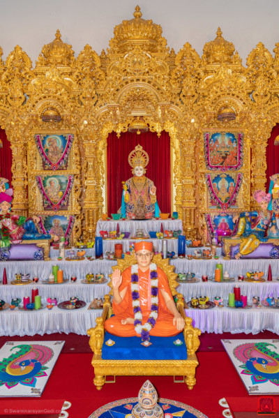 Divine darshan of Lord Shree Swaminarayan and His Divine Holiness Acharya Swamishree Maharaj