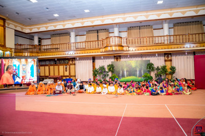 All participants pray to Lord Shree Swaminarayanbapa Swamibapa and H.D.H Acharya Swamishree