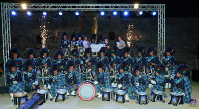 Shree Muktajeevan Swamibapa Pipeband pose for a group photo