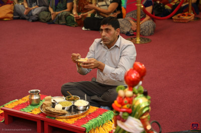 A disciple offers thaal to Lord Swaminarayanbapa Swamibapa during the celebrations.
