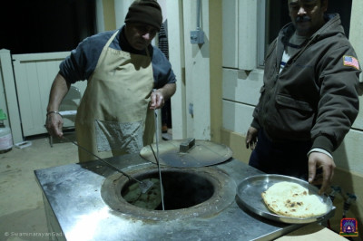 Disciples prepare naan in the tandoor