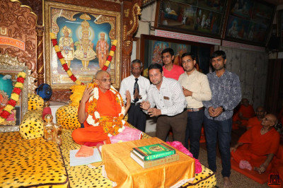 His Divine Holiness Acharya Swamishree blesses disciples on the occasion of the anniversary of Shree Ishwar-sad vidyashram