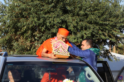 Disciples offer garlands of flowers to His Divine Holiness Acharya Swamishree