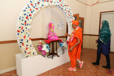 Divine darshan of Lord Shree Swaminarayan with His Divine Holiness Acharya Swamishree