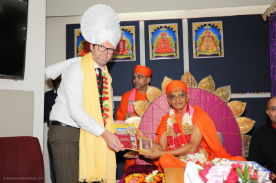 His Divine Holiness Acharya Swamishree blesses city of Bayswater Mayor Dan Bull and Deputy Mayor Chris Cornish