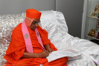 His Divine Holiness Acharya Swamishree signs the drawing of Lord Shree Swaminarayan