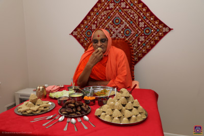 Divine darshan of Acharya Swamishree dining at a disciples home