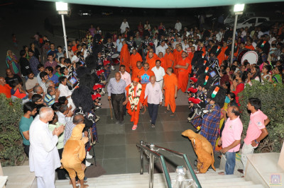 His Divine Holiness Acharya Swamishree arrives back in Maninagar and is escorted by disciples and Shree Muktajeevan Swamibapa Pipe Band India