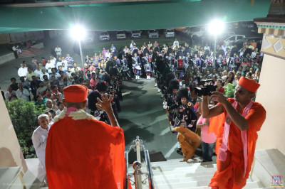 His Divine Holiness Acharya Swamishree blesses Shree Muktajeevan Swamibapa Pipe Band India