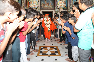 Disciples perform the darshan of His Divine Holiness Acharya Swamishree