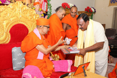 His Divine Holiness Acharya Swamishree blesses local dignitaries