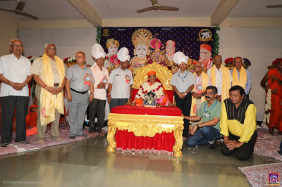 His Divine Holiness Acharya Swamishree blesses disciples and local dignitaries
