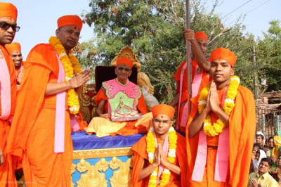 Acharya Swamishree Maharaj gives darshan to sants who are from Panchmahal