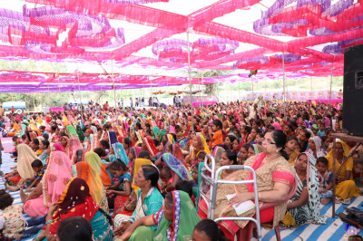 Hundreds of disciples from the region came for darshan