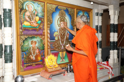 His Divine Holiness Acharya Swamishree performs the anniversary poojan ceremony of the Lord