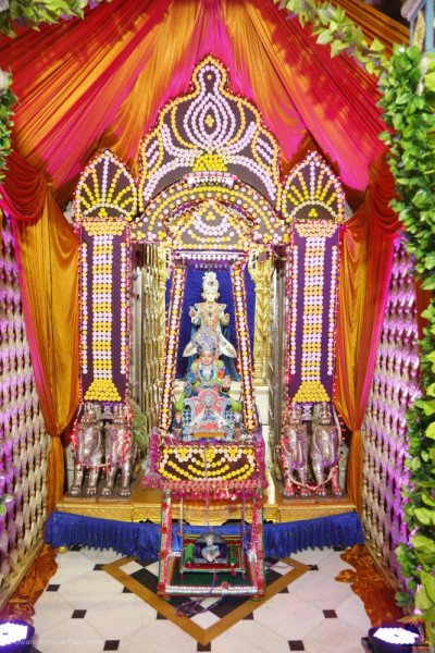 Divine darshan of the Lord seated in the penda hindola