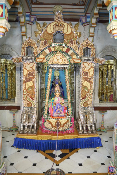 Divine darshan of the Lord seated in the nuts and dried fruit hindola