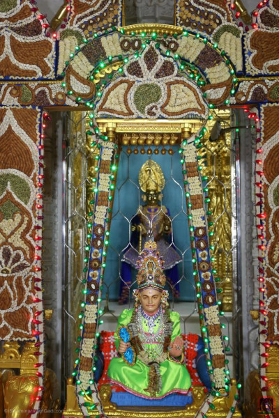 Divine darshan of Jeevanpran Shree Abji Bapahsree seated in a hindola of nuts and dried fruit