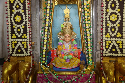 Divine darshan of the Lord seated on the penda hindola
