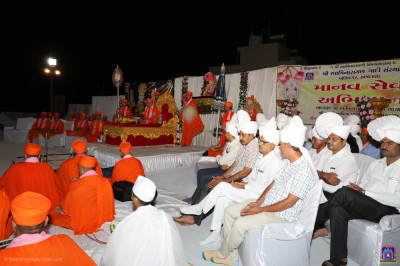 The grand stage with His Divine Holiness Acharya Swamishree, sants and dignitaries seated