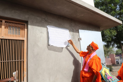 His Divine Holiness Acharya Swamishree unveils the plaque