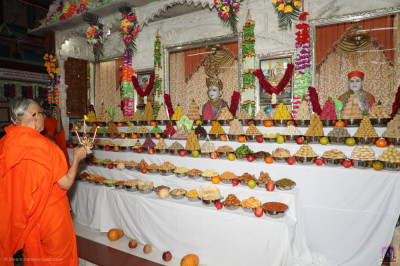 Acharya Swamishree Maharaj performs annakut aarti at in Kheda