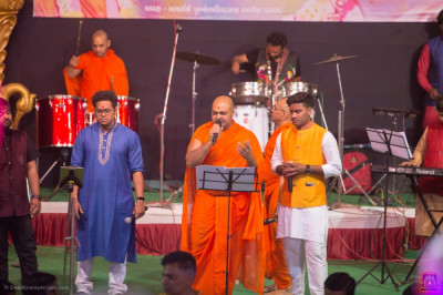 Sants, disciples and talented artists perform live devotional songs throughout the evening