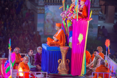 Divine darshan of His Divine Holiness Acharya Swamishree seated at the centre of the grand stage