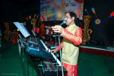 Talented musicians perform live devotional songs throughout the evening celebrations