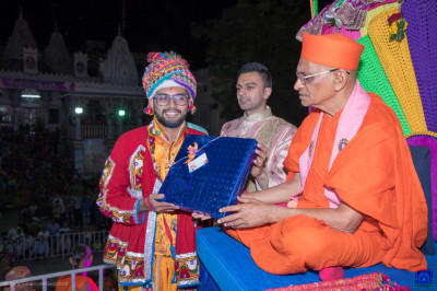 His Divine Holiness Acharya Swamishree presents the prizes to the winners of the devotional dance competition