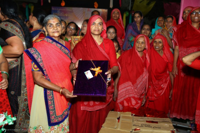 Sankhya Yogi ladies present the prizes to the devotional dance competition winners